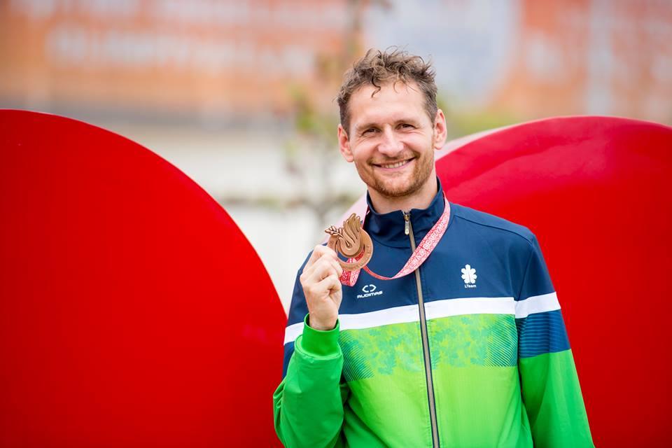 Tomas Kuzminskis iškovojo jau antrąjį medalį kurčiųjų olimpinėse žaidynėse Samsune / Nuotraukoje T. Kuzminskis su pirmuoju medaliu iš Samsuno