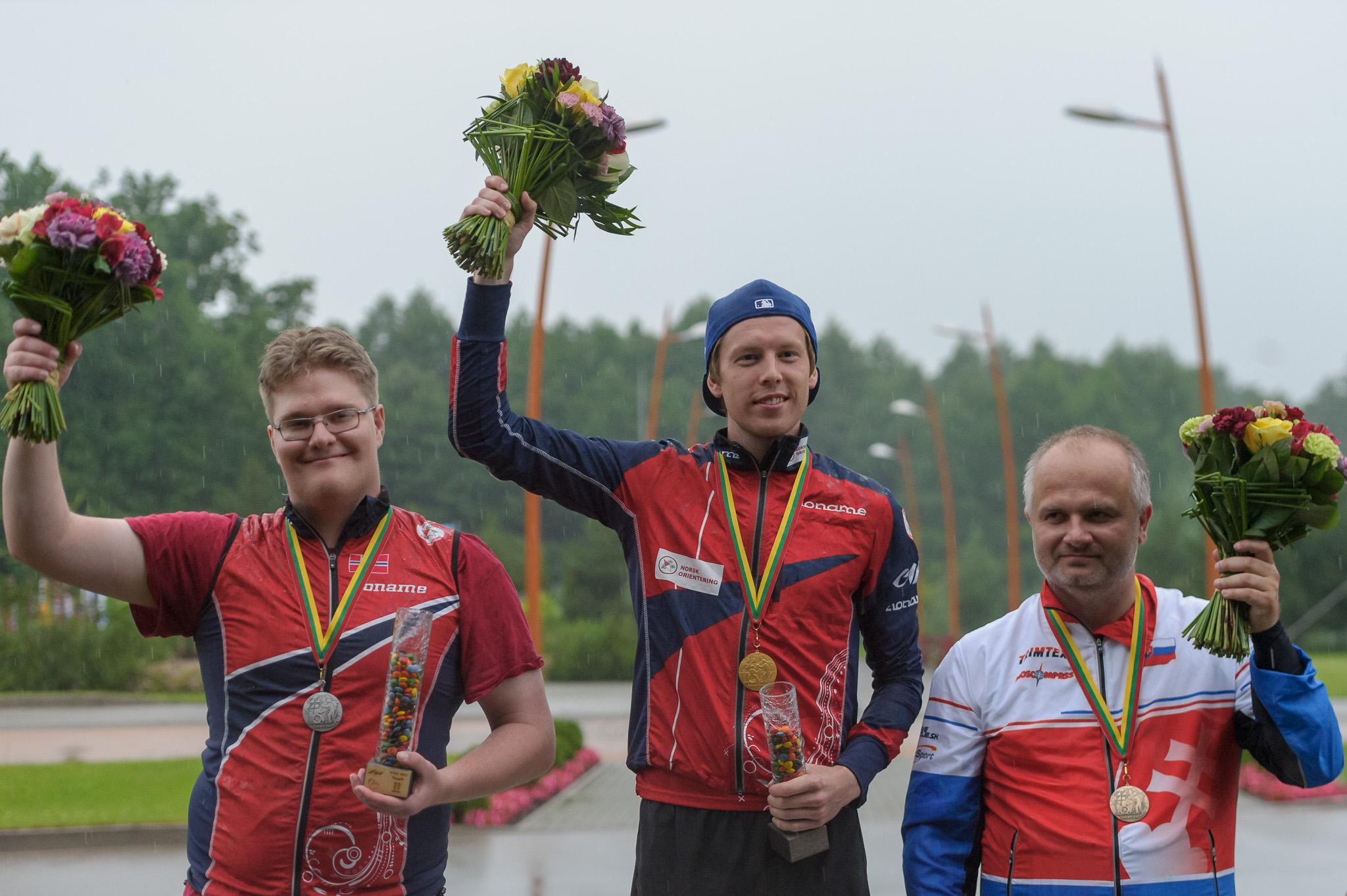 Pasaulio Trail-O čempionai. Iš kairės: norvegas Martin Aarholt Waaler, norvegas Vetle Ruud Bråten ir slovakas Ján Furucz